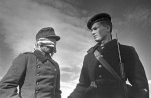 Советский матрос и пленный немец