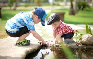 Дети у воды